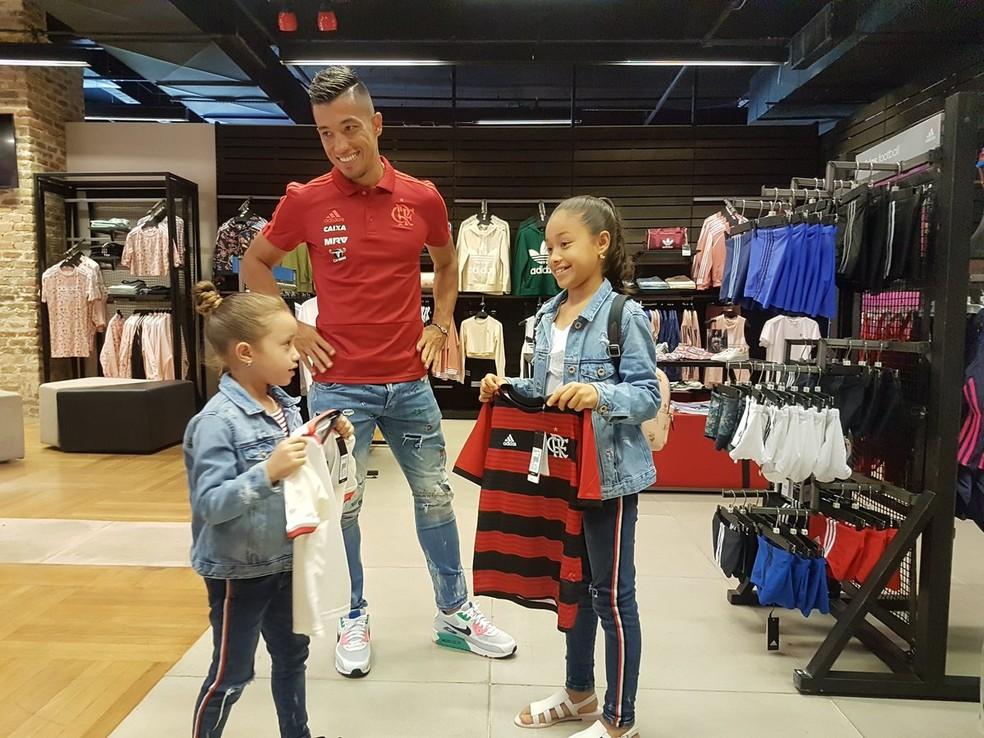 Uribe com suas filhas na Gávea, onde visitou o Fla Memória e comprou itens do rubro-negro na loja oficial do clube (Foto: Gilvan de Souza)