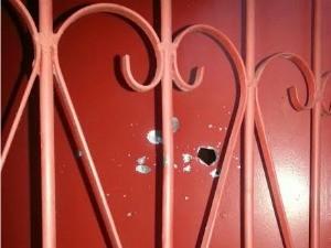 Disparos também atingiram portão da casa da vítima (Foto: Girlene Medeiros/G1 AM)