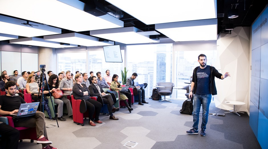 André Siqueira, co-fundador da empresa Resultados Digitais, durante palestra (Foto: Divulgação/Gustavo Morita)