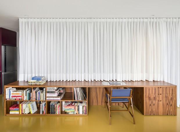 A integração é flexível: cortinas de tecido abrem ou fecham o acesso ao quarto do casal de moradores (Foto: Ricardo Bassetti/Divulgação)