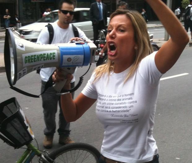 Luisa em manifestação na Paulista pelo aumento da pena para quem maltrata animais (Foto: Arquivo pessoal)