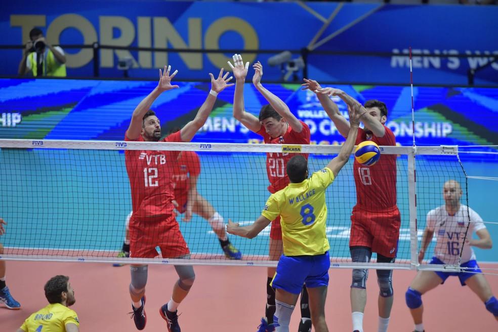 Bloqueio da Rússia parou o Brasil nos dois primeiros sets — Foto: Divulgação/FIVB