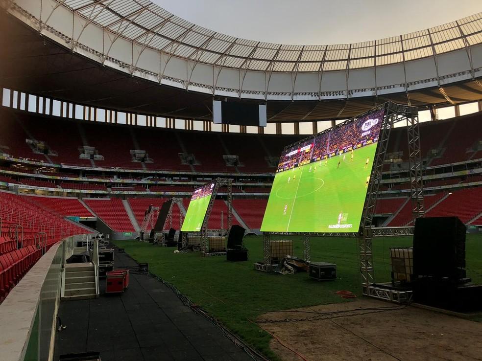 Montagem da estrutura dos telões no Mané Garrincha — Foto: Nicole Angel/ G1