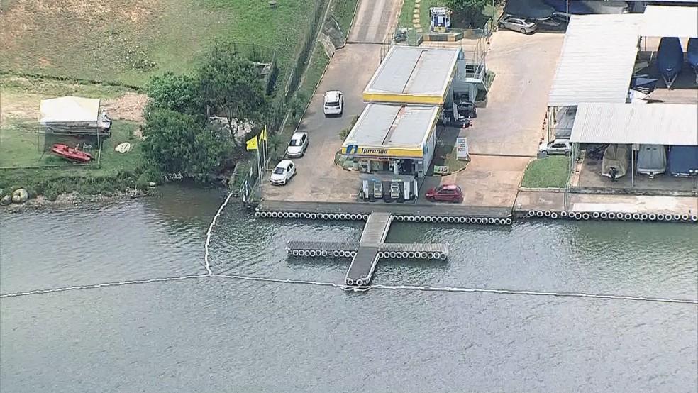 Barreira instalada para conter vazamento de óleo no Lago Paranoá — Foto: TV Globo/Reprodução