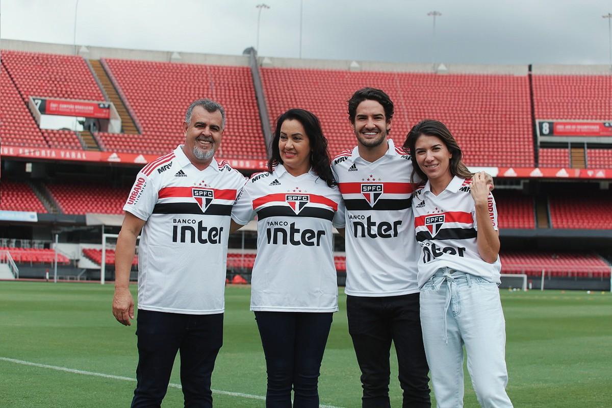 Em volta ao São Paulo, Pato leva pais e namorada, filha de