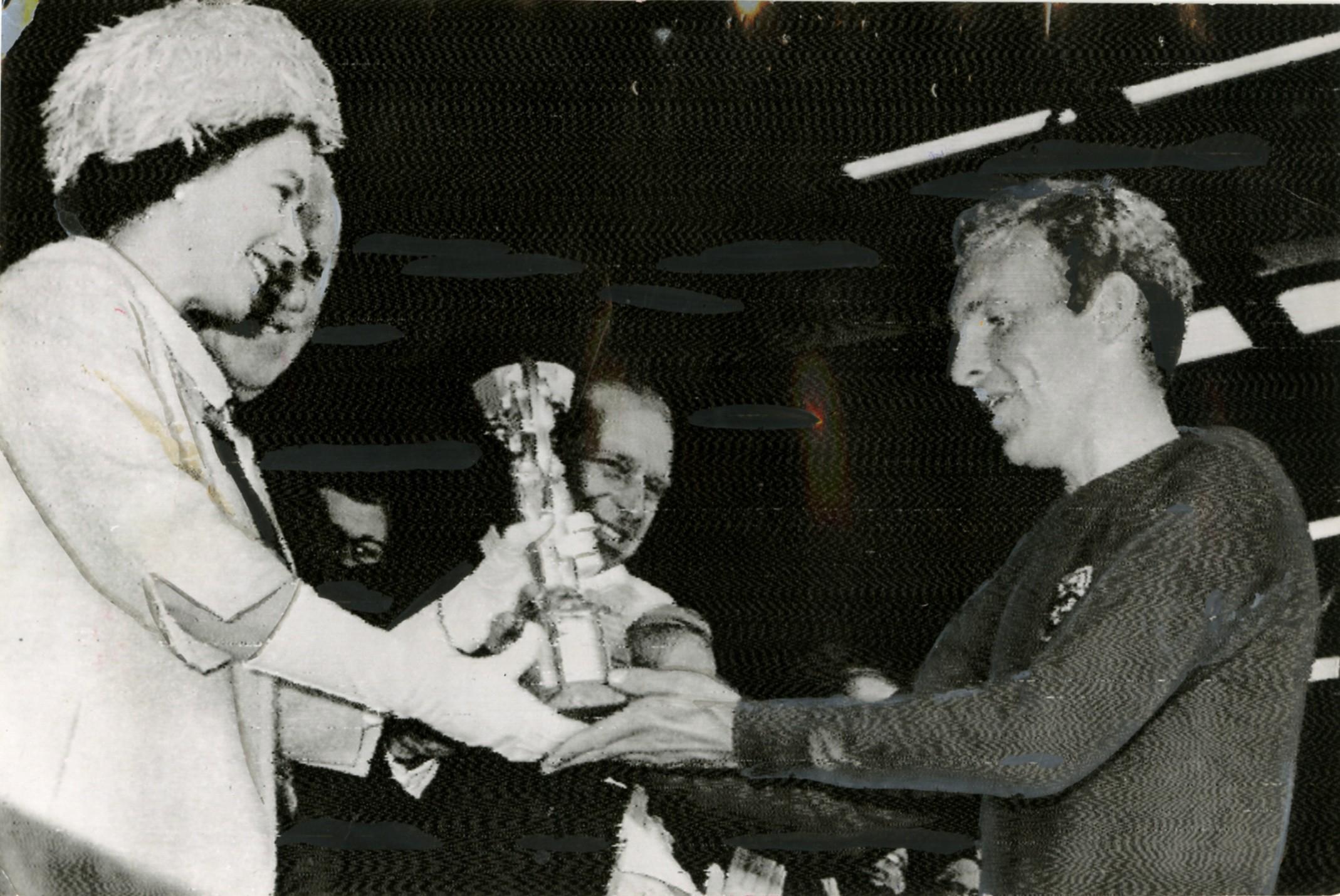 A Rainha Elizabeth II, aos 40 anos, entrega Taça Jules Rimet ao capitão Bobby Moore, em 1966
