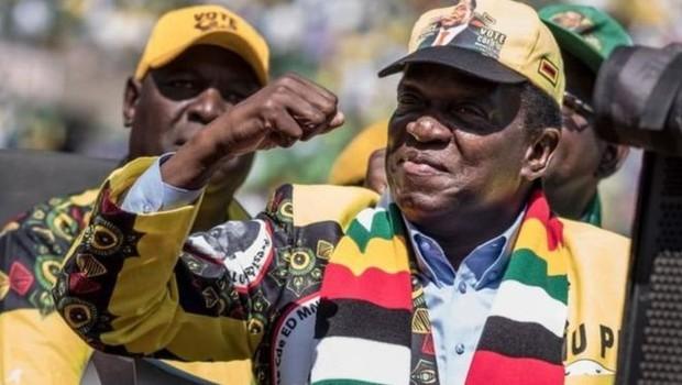 Mnangagwa diz querer unir o país, mas seus críticos dizem que ele, assim como Mugabe, tem as mãos sujas de sangue (Foto: AFP via BBC)