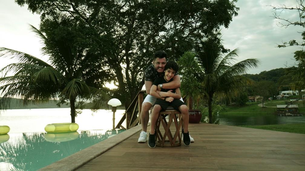 Bruno, dupla com Marrone com seu filho Enzo Rabelo, depois da gravação do clipe de 'Meio Caminho Andado' (Foto: Divulgação)