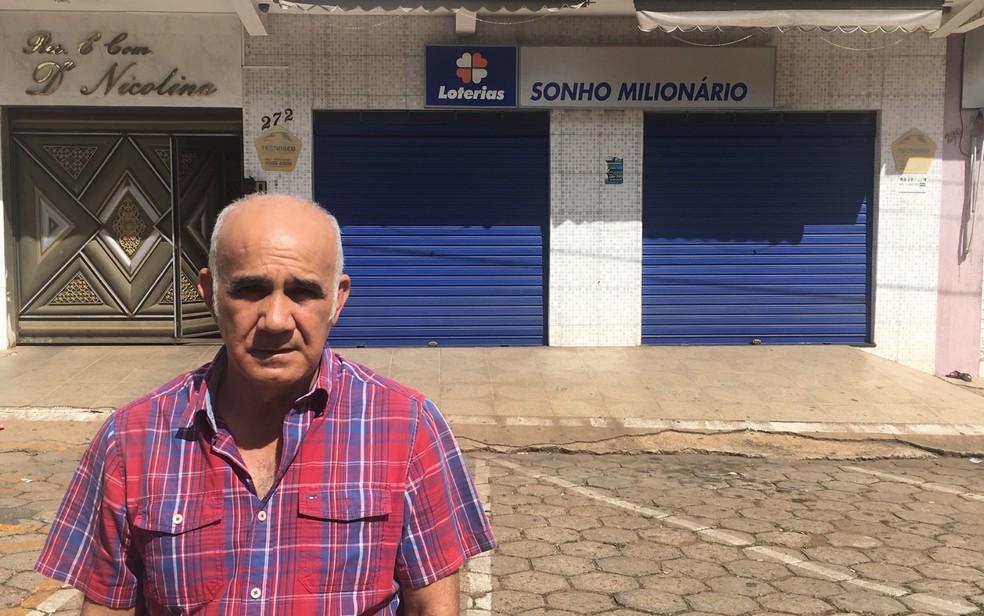 Vicente de Oliveira é o locador do espaço onde está a lotérica 'pé quente', em Bela Vista de Goiás — Foto: Sílvio Túlio/G1