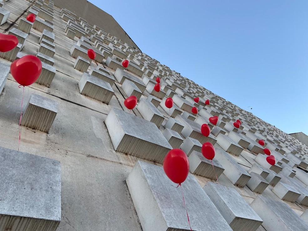 Teatros Nacional Claudio Santoro, em Brasília, recebeu balões vermelhos para lembrar as mais de 50 mil mortes pela Covid-19 no Brasil, até esta segunda-feira (22) — Foto: Larissa Passos/G1