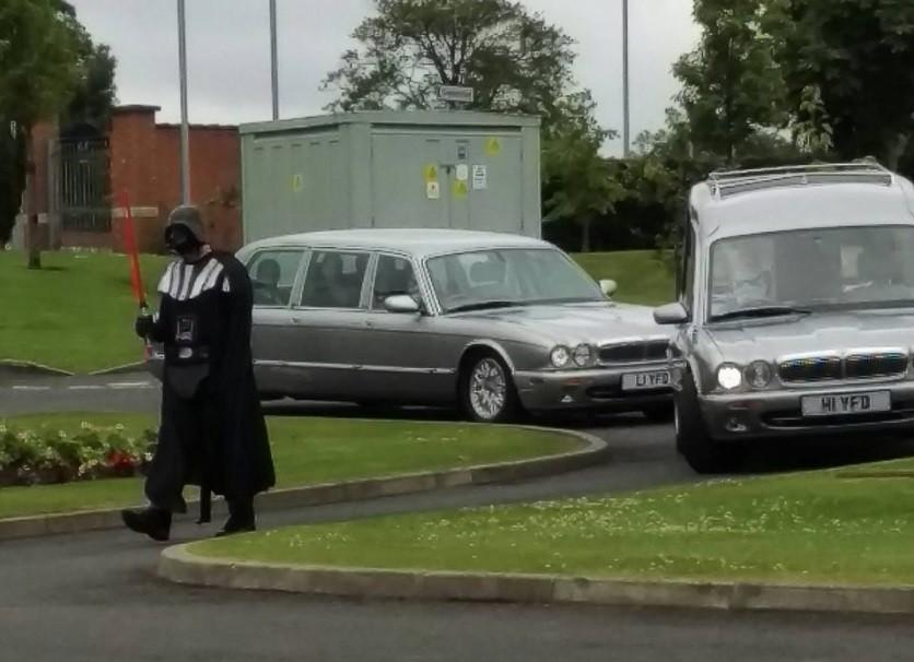 Darth Vader lidera o cortejo fúnebre rumo ao crematório