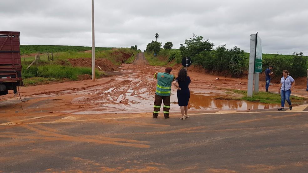 Na Rodovia Leonor Mendes de Barros, lama tomou conta da pista — Foto: Alcyr Netto/TV TEM
