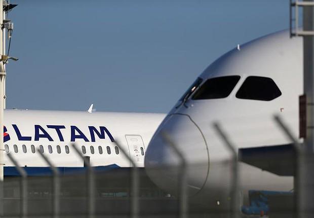 Aviões da companhia aérea Latam vistos no Aeroporto Internacional de Santiago, no Chile (Foto: Ivan Alvarado/Reuters)