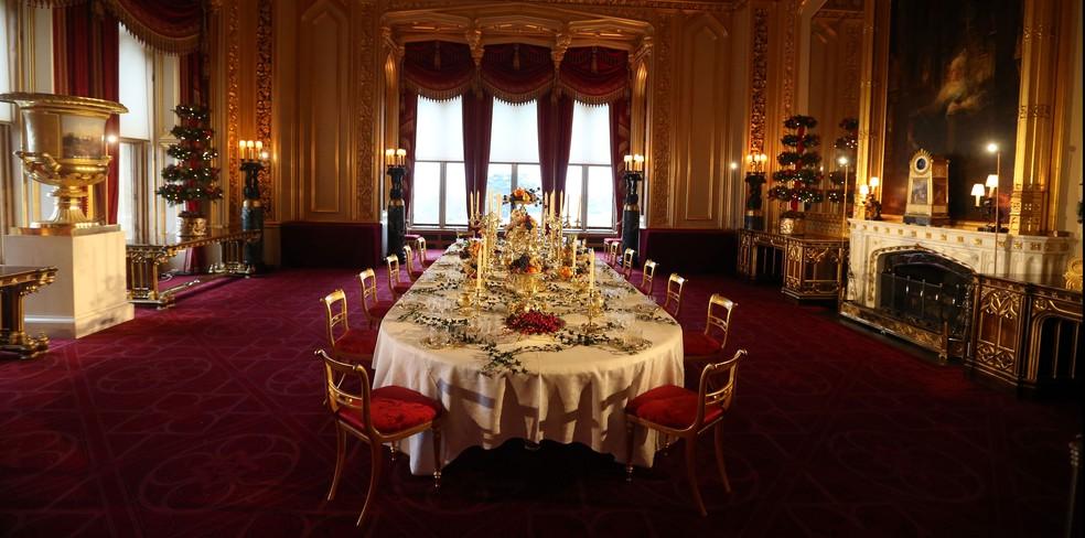 Mesa de Natal dentro do palácio — Foto: Família real britânica