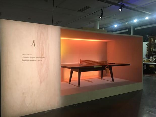 Mesa Ping-Pong de Dado Castello Branco com Etel. O móvel reflete o tempo no sentido afetivo e impermanente (Foto: Divulgação)