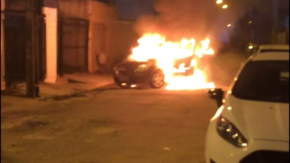 Carro foi queimado na entrada da comunidade Entra a Pulso, em Boa Viagem, Zona Sul do Recife (Foto: Reprodução/WhatsApp)