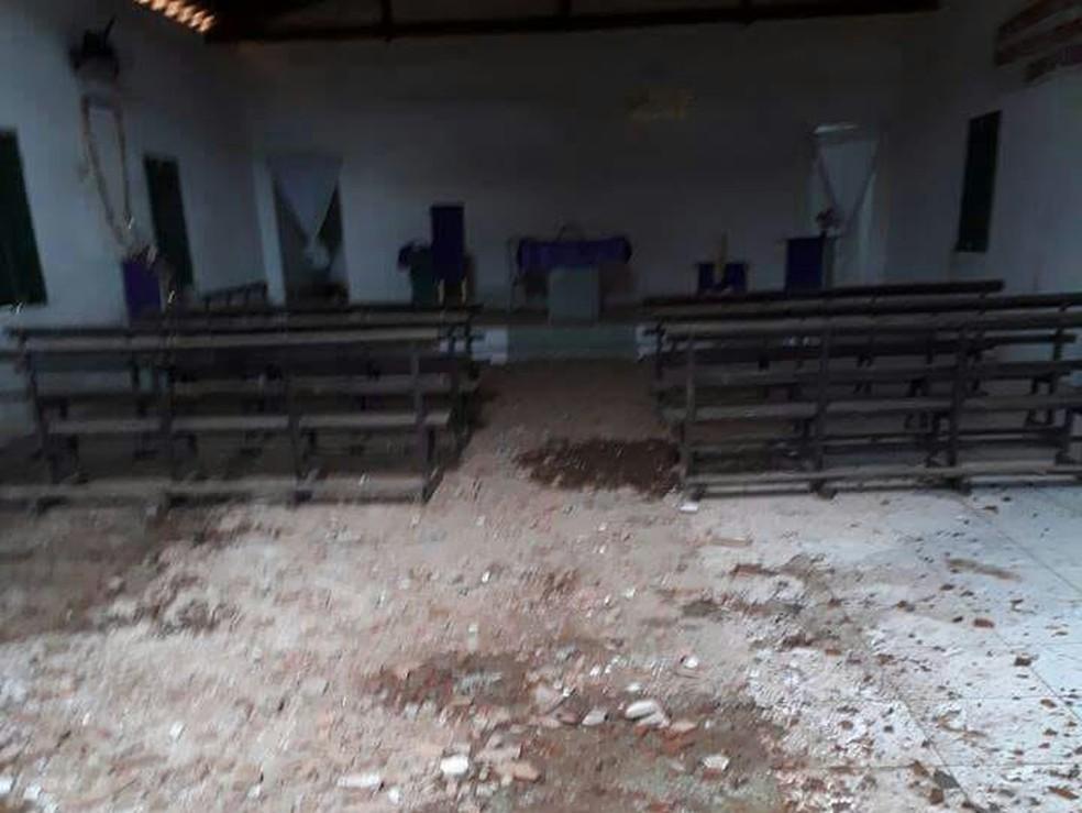 Igreja estava fechada no momento em que raio a atingiu e ninguém ficou ferido (Foto: Nathan/Sertão de Crateús)