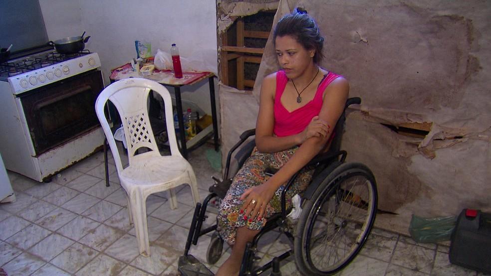 Dona de casa Luana Santos sabe do risco de morar em um prédio condenado, mas afirma não ter para onde ir (Foto: Reprodução/TV Globo)