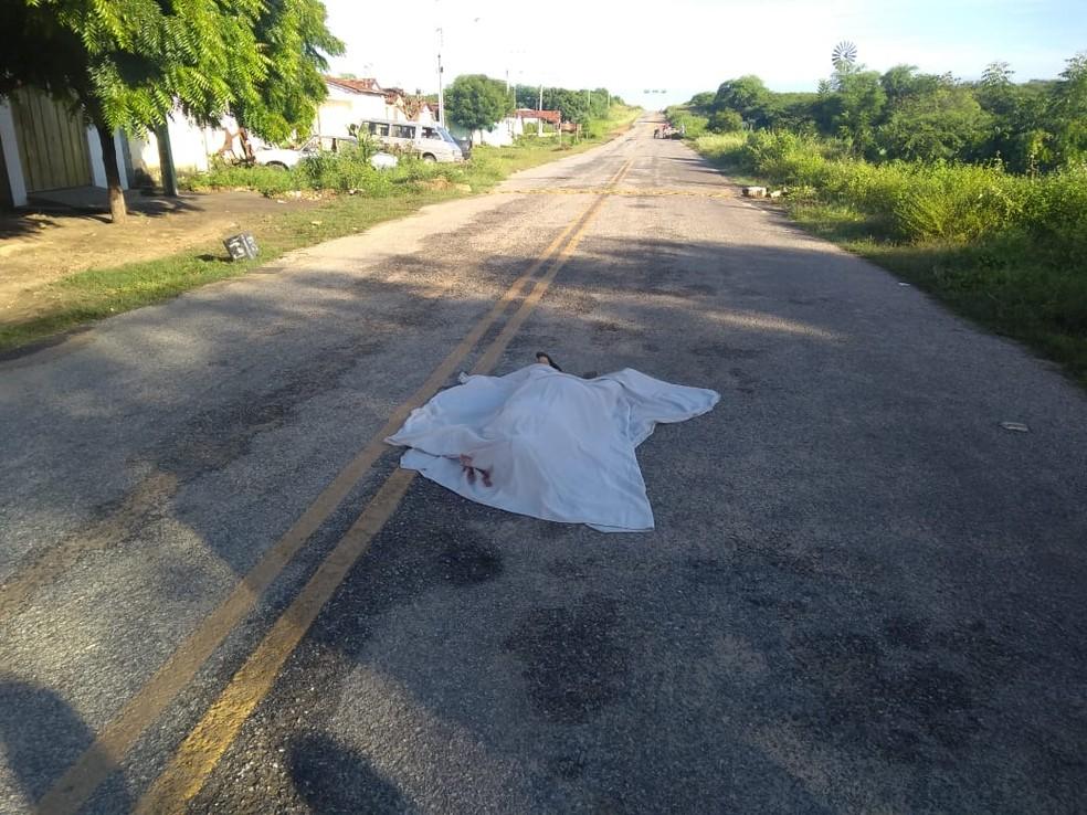 Corpo de mulher foi encontrado no meio da rodovia, em São Mamede, no Sertão da Paraíba — Foto: Polícia Militar/Divulgação