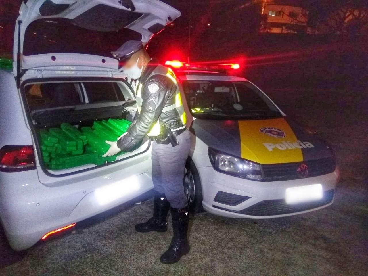 Polícia Rodoviária apreende tijolos de maconha escondidos em porta-malas de carro
