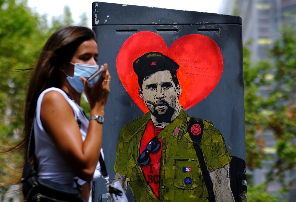Novo grafite na rua de Barcelona aparece com Messi em um traje revolucionário... e com uma mala — Foto: Nacho Doce/Reuters