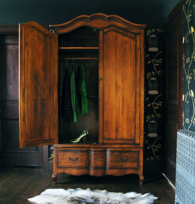 Um armário vintage dá o toque especial para o closet (Foto: Pinterest/ Reprodução)