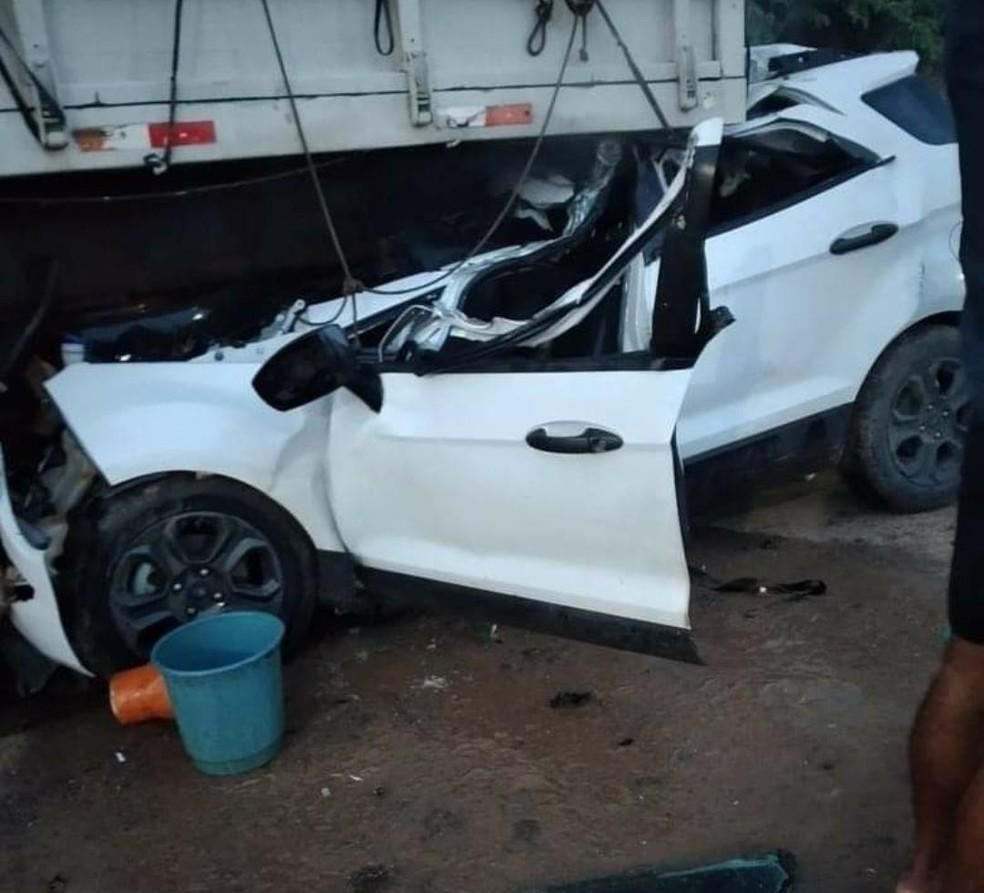 Veículo ficou embaixo da carreta e motorista ficou preso às ferragens após acidente em Tarauacá — Foto: Arquivo pessoal