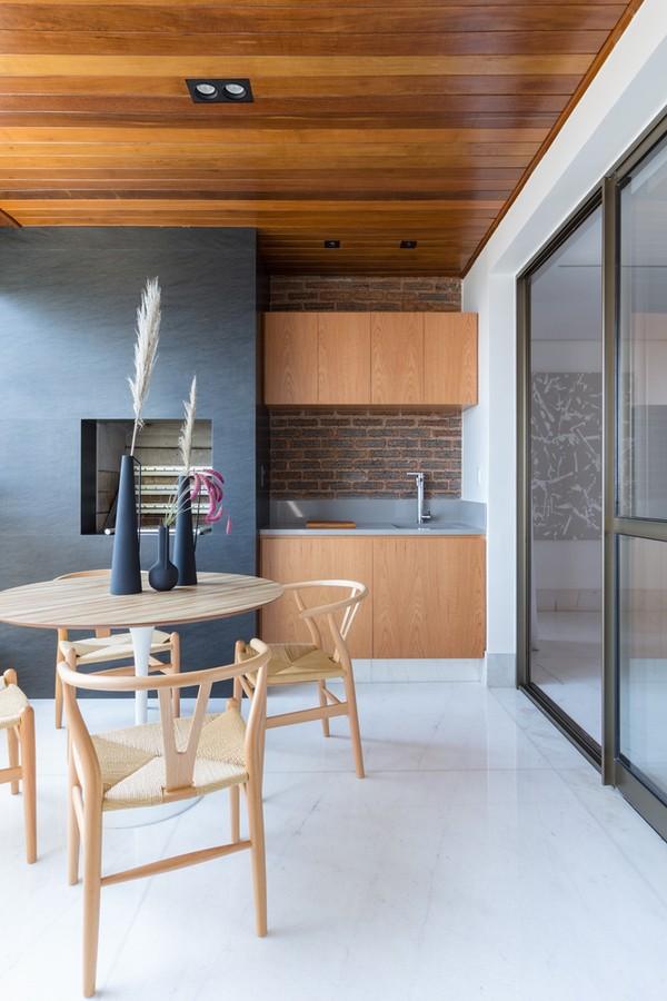 Décor do dia: área da churrasqueira tem ar minimalista e teto de madeira