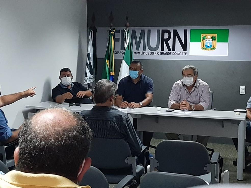 Álvaro Dias (prefeito de Natal) e Babá Pereira (presidente da FEMURN) se reúnem com Abrasel, ABIH, CDL, Fecomércio — Foto: Samuel Florêncio/Inter TV Cabugi