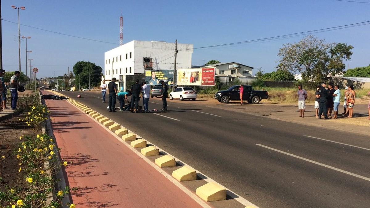 Jovem morre após bater moto contra blocos de ciclovia em avenida de Boa Vista
