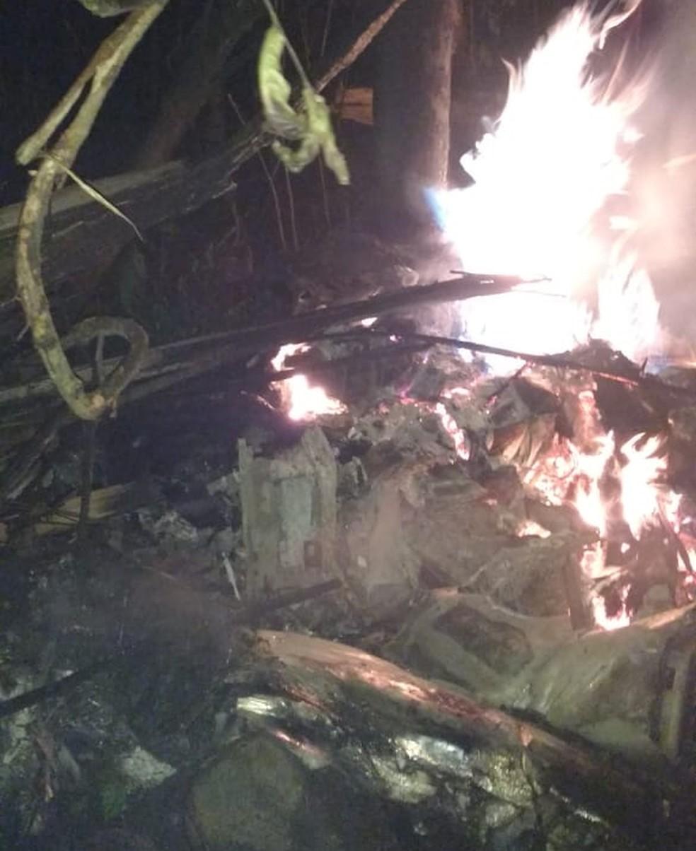 Corpo de Bombeiros informou que helicóptero pegou fogo após cair em área de mata de Mogi das Cruzes.  — Foto: William Tanida/TV Diário