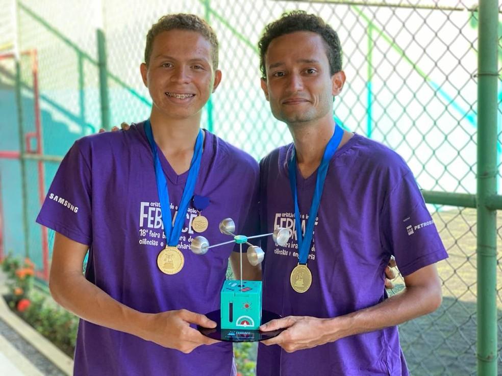 Álvaro e o professor Leandro receberam o prêmio Febrace pelo projeto TAAPETE — Foto: Arquivo pessoal