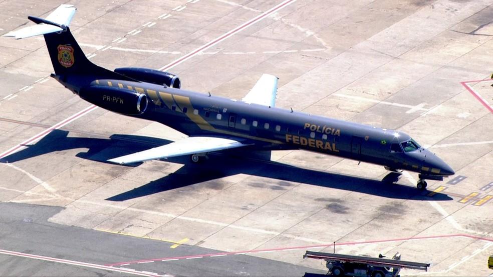 Avião da PF que vai levar Joesley e Saud a Brasília está no Aeroporto de Congonhas (Foto: Reprodução/TVGlobo)