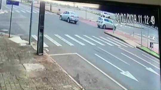 Homem que dirigia embriagado na contramão é preso após atropelar dois ciclistas, em Cascavel; VÍDEO