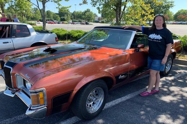 Sócia da empresa Jeana Lopeman com seu Mercury Cougar de 1972 (Foto: Reprodução Atlanta Magazine. Foto: Beth Ward)