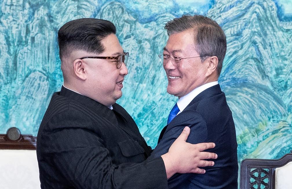 Líder norte-coreano e presidente sul-coreano se abraçam em encontro histórico (Foto: Korea Summit Press Pool/Reuters)