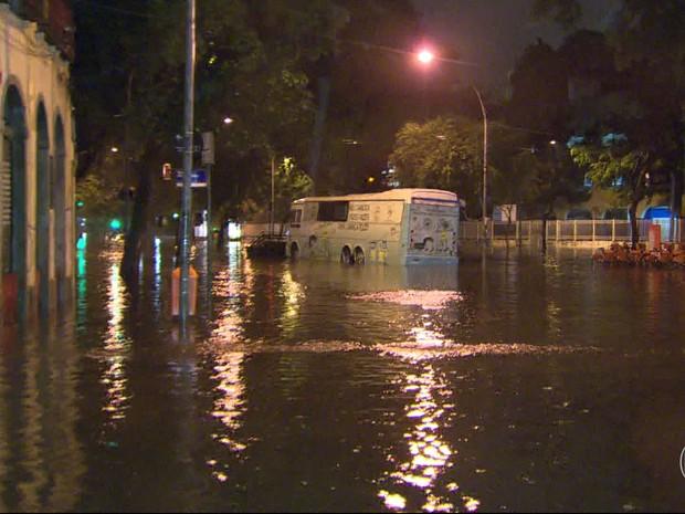 Forte chuva causa alagamentos em ruas do Rio (Foto: Reprodução  / Bom Dia Rio)