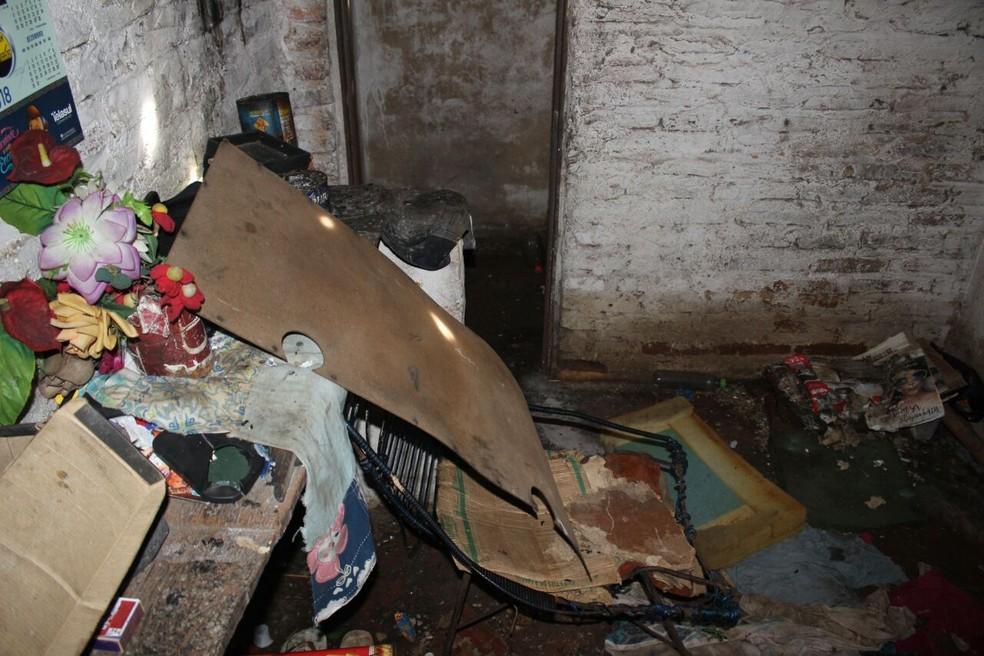 Idosa foi achada em casa muito suja e sem higiene (Foto: Junior Feitosa/G1)