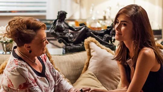 Margot disfarça desconforto em conversa com Izabelita