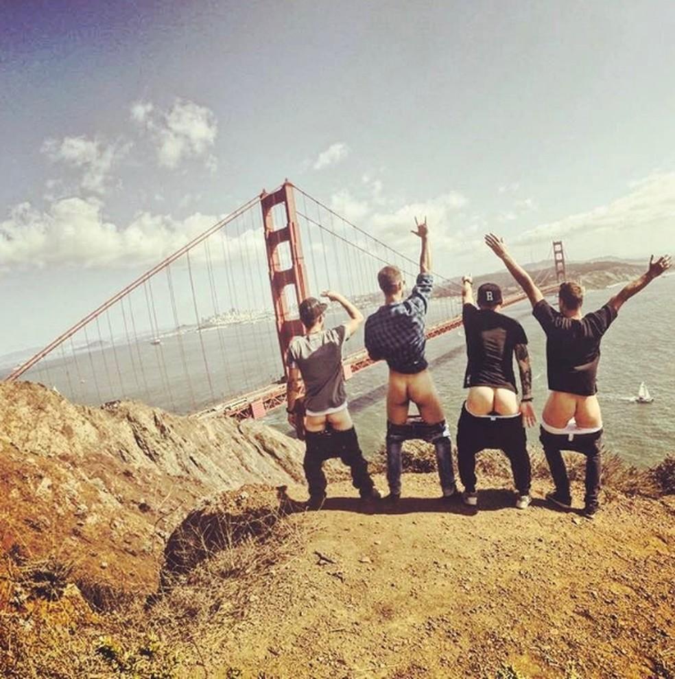 Turma posa diante da ponte Golden Gate em São Francisco (EUA) (Foto: Instagram/cheekyexploits)