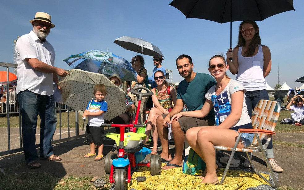O servidor público André Vanzan e a família assistem à missa de Nossa Senhora Aparecida todos os anos em Brasília — Foto: Natália Godoy/TV Globo