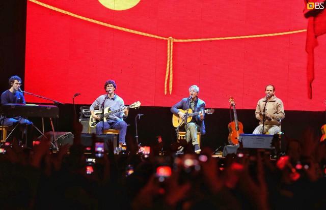 Caetano Veloso e seus três filhos Zeca, Tom e Moreno em show no Breve Festival (Foto: Divulgação)