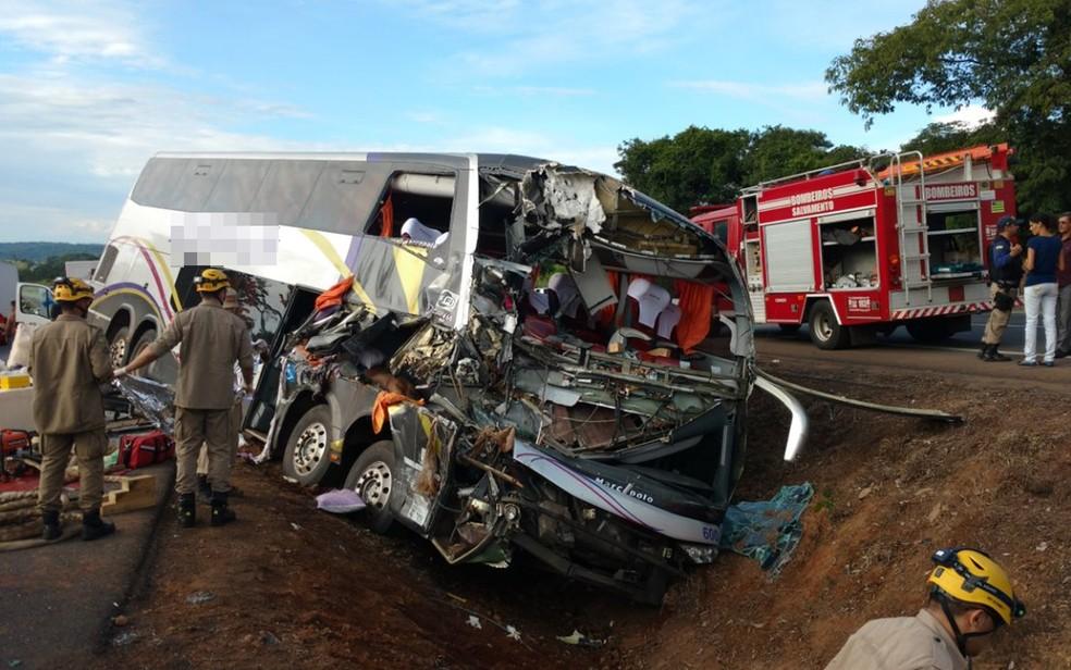 Acidente entre ônibus e mais dois veículos matou um e feriu mais de 30 na BR-153, em Goiás (Foto: Divulgação/Corpo de Bombeiros)