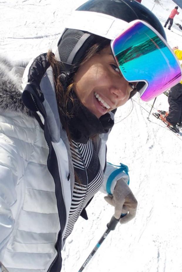 Anitta usando roupa especial para esquiar (Foto: Reprodução/Instagram)