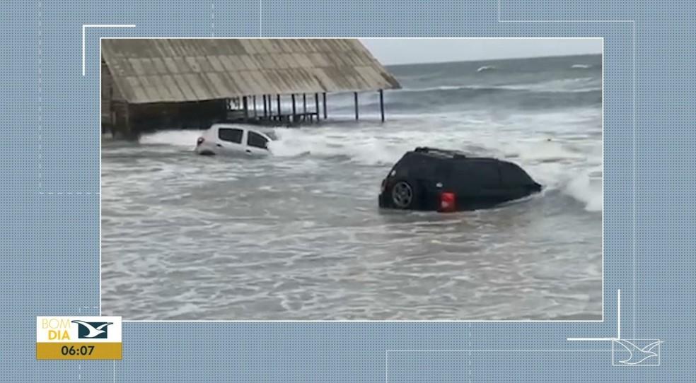 Alguns veículos ficaram atolados e outros foram encobertos pela água do mar.  — Foto: Reprodução/ TV Mirante