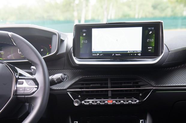 A central multimídia é mais moderna do que a usada pelos Peugeot nacionais (Foto: Divulgação)