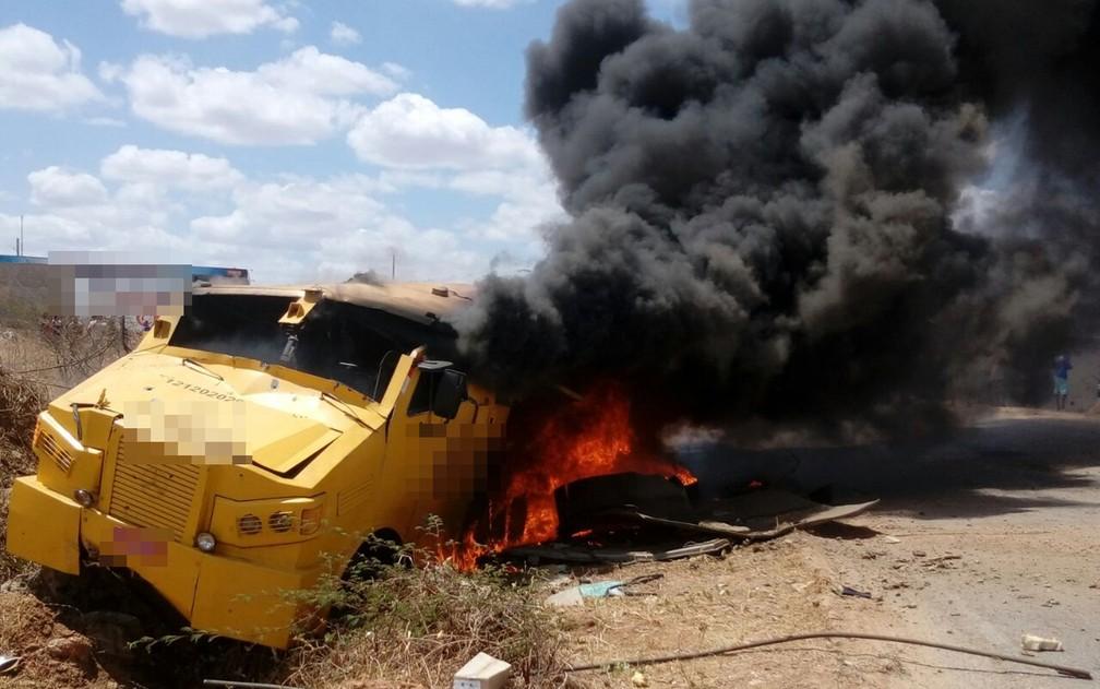 Carro forte foi atacado por grupo armado na PB-293 em Paulista, no Sertão da PB (Foto: Genésio Silva/Arquivo Pessoal)