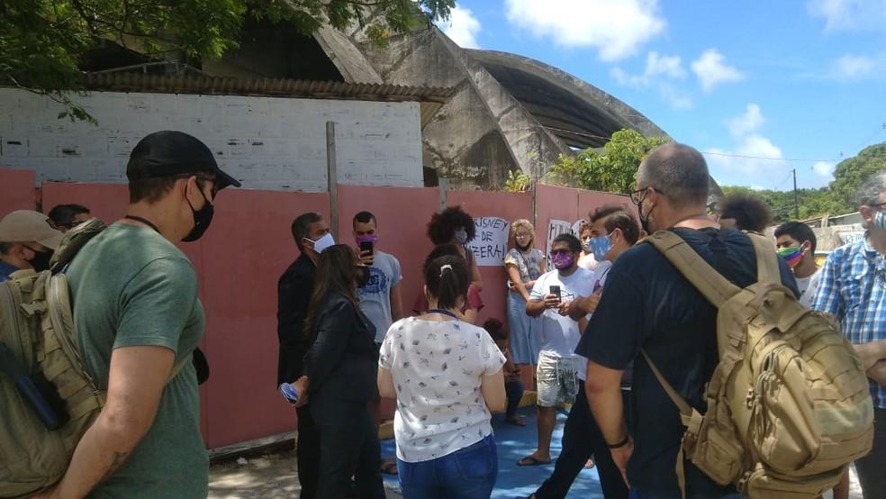 Polícia Federal e estudantes conversando na Universidade Federal da Paraíba, durante cumprimento da reintegração de posse, em 20 de novembro — Foto: Sílvia Torres/TV Cabo Branco/Arquivo
