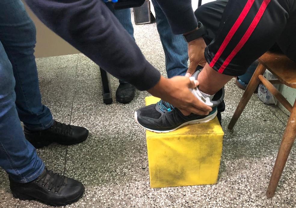 Primeiro lote de tornozeleiras com tecnologia suíça começa a ser instalado em presos no RS — Foto: Susepe/Divulgação