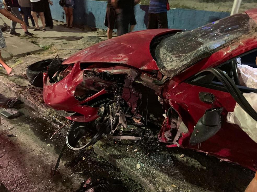 Carro de luxo ficou destruído em acidente na Avenida Domingos Ferreira, na Zona Sul do Recife, na noite da sexta-feira (4) — Foto: Reprodução/WhatsApp